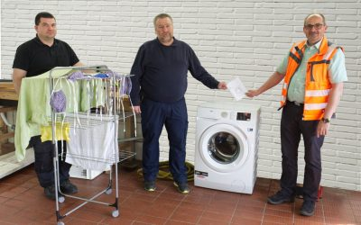 Elektro Schröder spendet Waschmaschine an die Feuerwehr
